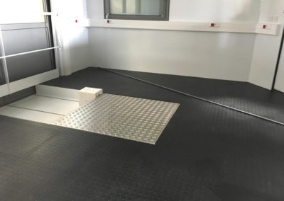 Intérieur de salle de commande spéciale - Inside custom control room - Innenbereich einer Sonderleitwarte